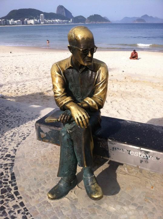 Estátua de poeta Carlos Drummond, localizada no Rio de Janeiro (Flickr - Carlos Varela)